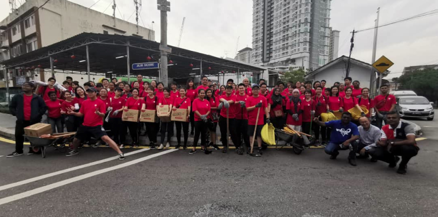 UM MALAYSIA leaves their office FOR A DAY TO CLEAN UP AND BEAUTIFY THE KLANG RIVER