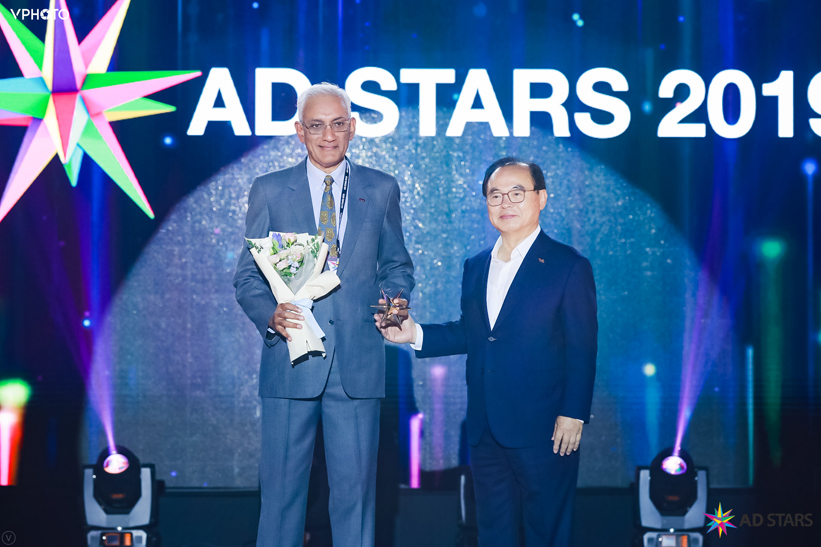 Srinivasan Swamy receives International Honorary Award at AD STARS, Busan Korea
